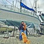 Jovem casal deixa vida em São Paulo para viajar de veleiro pelo mundo na companhia de seu cachorro