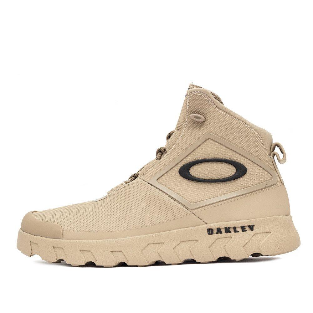 427514bd47194 ... de moda streetwear, tem muitas opções de roupas e calçados para homens  e mulheres. Os destaques da vez são os tênis Oakley de cano alto. Como usar  ...
