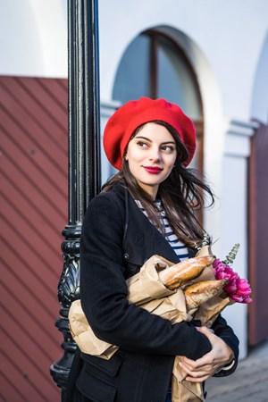 Mulher Francesa andando na rua