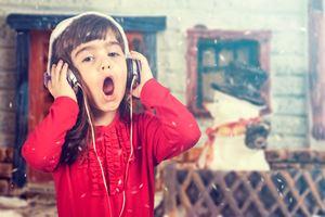 Criança ouvindo música