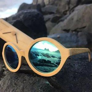 a979ff6c7424a Os óculos de sol de madeira estão indo e voltando pelas temporadas nas  tendências do mundo de acessórios. Entra e sai ano, eles voltam, conquistam  a todos, ...